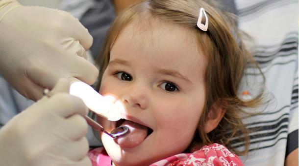 Dentiste examinant une Jeune enfant